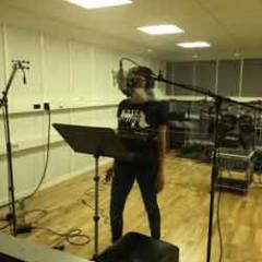 Mikaela sjunger