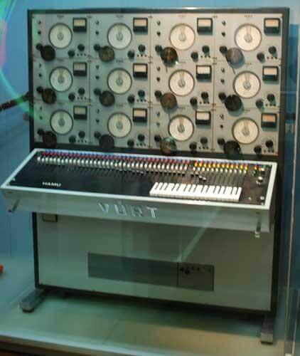 Vurt Synthesizer tillverkad i gamla öststaterna